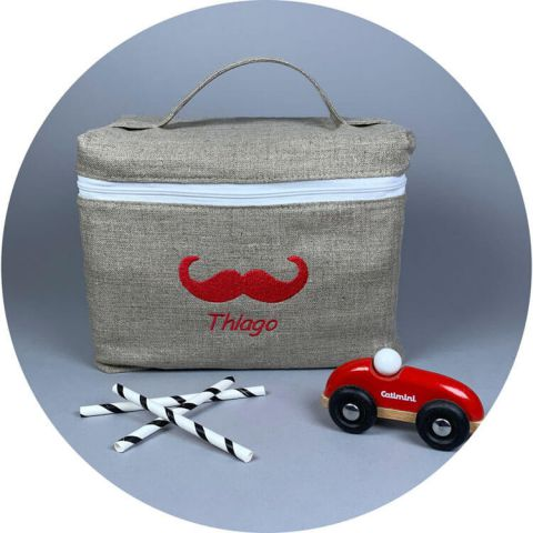 trousse-soin-bebe-brode-moustache-rouge
