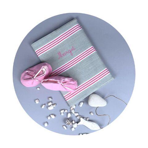protege-carnet-de-sante-bebe-avec-prenom-gris-rayures-roses
