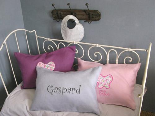 coussin b b poser sur le lit pour une jolie chambre d 39 enfant. Black Bedroom Furniture Sets. Home Design Ideas