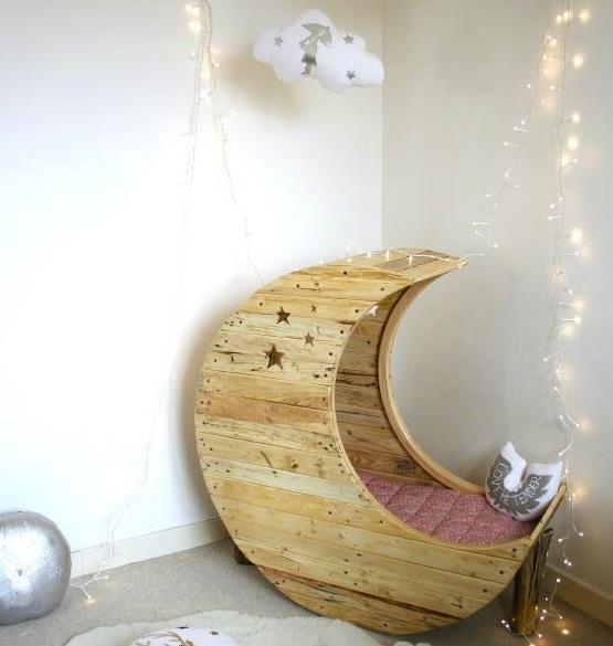 D co chambre b b le berceau lune pour une chambre de b b for Fabriquer deco chambre bebe