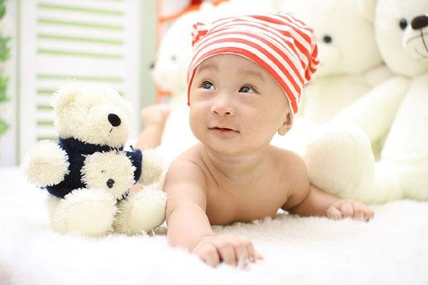 le développement de l'éveil de bébé et sa motricité